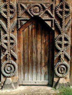 sculptura in lemn traditionala din romania - cautari Door Entryway, Entrance Doors, Doorway, Cultural Architecture, Architecture Details, Portal, Little Paris, Wooden Gates, Door Kits