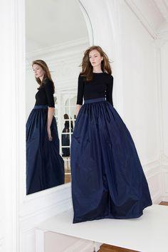 Navy blue maxi skirt, black long-sleeved T-shirt. Темно-синяя юбка в пол и черная футболка с длинным рукавом.