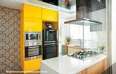 """Arquitetura do Imóvel : Duas cozinhas lindas! ...na primeira, a """"torre de fornos"""" amarela é a estrela do ambiente...a segunda é super elegante, P&B+textura de madeira, um charme!"""