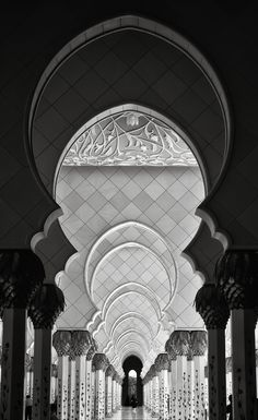 A beautiful photo gallery of the Sheikh Zayed Grand Mosque in Black and White taken in Abu Dhabi, UAE. Mecca Wallpaper, Islamic Wallpaper, Mosque Architecture, Art And Architecture, Abu Dhabi, Lumiere Photo, Sultan Qaboos Grand Mosque, Dubai, Mekkah