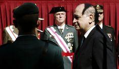 El ministro del Interior, Jorge Fernández Díaz, pasa revista antes de comenzar el acto de entrega de la Bandera Nacional a la 9 Zona de la Guardia Civil en Navarra.