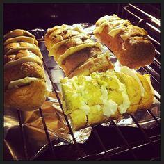 Breekbrood mozzarella pesto. Zo makkelijk en zo lekker! Lekker voor op een feestje, of bij een bbq, als voorgerecht of juist bij de gourmet. Leef je uit met dit recept :)