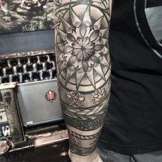 healed elbow tattoo I freehanded  a couple years ago. #freehand #freehandtattoo #tattoopen #tatau #poly #polynesian #polytattoo #polynesiantattoo #tribal #tribaltattoo #mandala #mandalatattoo #elbowtattoo #ohanatattoo #freshnative #5ive #lasvegastattoo #h