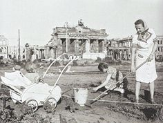Berlin, Brandenburger Tor, 1 Juni 1946 Selbsthilfe.