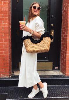 ¿Un look de trabajo con zapatillas? Olivia Palermo lo lleva así