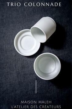 Cet ensemble minimaliste en fine porcelaine de Limoges est composé de trois éléments : une tasse à thé ou lungo, une tasse à expresso et d'une petite coupelle qui accueillera sucres ou mignardises pour plus de gourmandise. Il est en porcelaine fine de Limoges blanche, avec une finition biscuit mat polie à l'extérieur et émaillée blanc à l'intérieur. Avec son aspect architectural, la répétition en colonnade de cet ensemble sur une étagère soulignera la modernité de votre intérieur. Measuring Cups, Biscuit, French, Tableware, Shop, Cup And Saucer, Cuppa Tea, Blue Dinner Plates