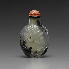 A carved cameo agate snuff bottle  19th century