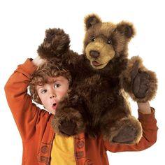 Plyšový medveď, ktorý v rukách herca ožíva.
