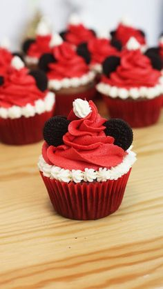 Recipe with video instructions: Celebrate the holidays with chocolate Mickey Mouse Christmas cupcakes finished with red frosting and mini Oreo ears. Holiday Cupcakes, Holiday Desserts, Holiday Baking, Holiday Recipes, Christmas Cupcakes Decoration, Red Cupcakes, Disney Cupcakes, Disney Cookies, Deco Cupcake