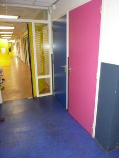 Kleur in hal basisschool door StudioLEV