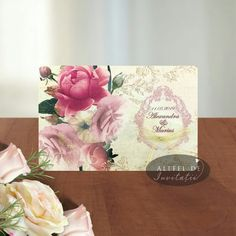 Coperta invitatiei prezinta numele mirilor si data evenimentului incadrate intr-o rama in stil baroc de culoare roz, iar sub aceasta o fundita de culoare aurie complimenteaza modelul grafic.