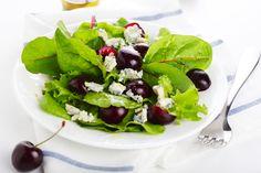 Το βραδινό σου γεύμα θα είναι μια σαλάτα με κεράσια και μπλε τυρί - http://ipop.gr/sintages/salates/to-vradino-sou-gevma-tha-ine-mia-salata-me-kerasia-ke-mple-tiri/