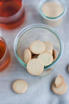 Biscotti di mandorle semplici e naturali, con solo due ingredienti: farina di mandorle e sciroppo d'acero