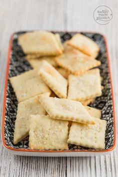 Knabbergebäck selber machen ist so einfach! Diese köstlichen Cracker bestehen aus nur 3 Zutaten und sind innerhalb von 15 Minuten fertig!