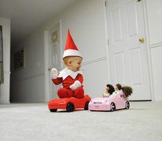 Un papa transforme son enfant en petit elfe du Père Noël et les photographies sont absolument adorables !