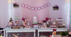 Uma festa linda cheia de detalhes foi a festa da pequena Valentina. Para comemorar seus 2 aninhos, sua mamãe escolheu o tema fazendinha, e ...