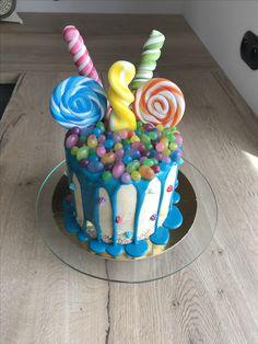Drip cake molly cake vanille crème au beurre américaine déco sucettes bonbons cake design