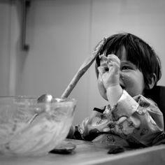 Günaydın! Henüz bebeğiniz 8 aydan küçük ve hala ek gıdaya soğuk yaklaşıyorsa, önce sakin olun ve derin bir nefes alın ☺️Sağlık Bakanlığı tavsiyelerine göre 6-8 ay arası bebeğin beslenmesinin %90'nı anne sütü (anne emzirmiyorsa formül mama) karşılaması gerekmektedir. Ek gıda bu dönemde sadece tadımlıktır. 1-2 dilim sebze/meyve, 1-2 kaşık yoğurt vb yemesi yani tatması bile yeterlidir. Ağzına götürüp tadına bakması da büyük bir gelişmedir:) #blw #blwturkiye #ekgida #bebekbeslenmesi
