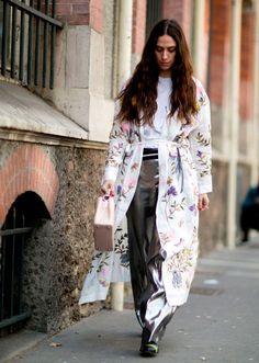 Para empezar a llevar esta tendencia, apuesta por kimonos con estampados claros, para que no quede muy evidente que llevas chaqueta con 40 grados en la calle.