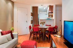 Este apê paulistano adapta-se ao cotidiano da moradora: dias ocupados com o trabalho no home office, noites agradáveis com os convidados na sala integrada à cozinha