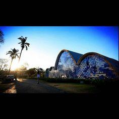 Igreja de São Francisco de Assis. A Igrejinha da Pampulha é considerada  a obra prima do conjunto arquitetônico da Pampulha. Foi projetada por Oscar Niemeyer com painéis de Cândido Portinari e jardins de Burle Marx. Devido a sua estrutura inusitada por muitos anos a igreja foi proibida ao culto. Hoje é um símbolo do patrimônio histórico nacional. #igrejinhadapampulha #bh #niemeyer #portinari #burlemarx by fujadarotina
