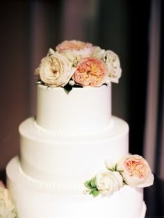 Wedding Cake, The Country Club of Virginia, Flowers by: Beehive Events, Photo: Sarah Der Photography - Virginia Wedding http://caratsandcake.com/saraandsam