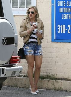 Hilary Duff - Hilary Duff Shops with a Friend