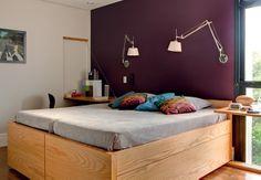 O quarto foi projetado para receber os filhos, que aparecem de vez em quando. As camas se multiplicam, com bicamas embutidas. Ideia dos arquitetos Vivian Giometti e Renato Salles, do Estúdio Cada Um