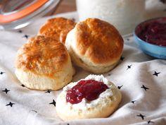 High Tea Food, Lunch Snacks, Tea Recipes, Diy Food, Scones, Hamburger, Brunch, Bread, Homemade