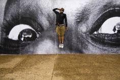 最も世界の注目を集める写真家、JRが日本でアートプロジェクト<インサイドアウト>