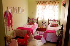 Esse quarto não poderia faltar na nossa casa. Foi decorado especialmente para as netinhas. As camas são da bisavó e as colchas foram repaginadas