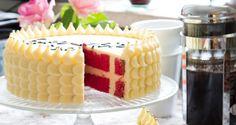 Dette må være den flotteste fødselsdagskage, vi længe har set! Annemette Voss, vinderen af Den store bagedyst 2013, har kreeret den enkle lagkage bestående af sandkage og smørcreme. Her kan de fleste bage med! Kagen er pyntet på en sjov og inspirerende måde, men du kan jo også blot smøre kagen op med smørcreme og drysse lidt guld-sukker ud over toppen. Danish Cake, Danish Dessert, Danish Food, Denmark Food, Inside Cake, Scandinavian Food, Love Cake, Party Cakes, Yummy Cakes