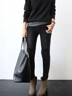 Minimal trends | Grey t-shirt under black sweater, skinny pants, neutral ankle boots, handbag