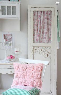 Crochet Flower Cushion   Flickr - Photo Sharing!(Shop und Showroom    http://www.suendenherz.de/  )
