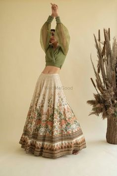 Indian Gowns Dresses, Indian Fashion Dresses, Indian Designer Outfits, Girls Fashion Clothes, Skirt Fashion, Ethnic Outfits, Indian Bridal Outfits, Lengha Blouse Designs, Simple Lehenga