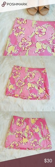 """Lilly Pulitzer Skirt Lilly Pulitzer Callie Skirt. Short Simple Skirt with Center Back Zipper and Self Ruffle at Hem. Approx 14 1/4"""" from Top Front Center to Hem. 100 % Cotton.   *Please note that everything is second hand unless stated otherwise.* Lilly Pulitzer Skirts"""