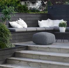 Nivåer, platsbyggd soffa/bänk, växtyta/växtkärl integrerat i nivåer, trappor.
