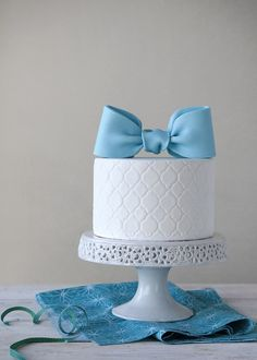 How to Make Fondant Bows for Cake Toppers: Free Tutorial Blue Fondant Bow Cake Topper Bow Cakes, Fondant Cakes, Cupcake Cakes, Fondant Figures, Mini Cakes, Pretty Cakes, Cute Cakes, Beautiful Cakes, Amazing Cakes