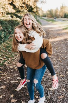 Senior Photos in the Fall Best Friends Shoot, Best Friend Poses, Poses With Friends, Best Friend Session, Girls Best Friend, Friend Poses Photography, Senior Girl Photography, Autumn Photography, Family Photography