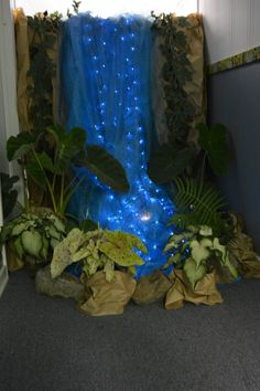 Waterfall at end of hallway. Hallway decorated as a rainfore.- Waterfall at end of hallway. Hallway decorated as a rainforest. Waterfall at end of hallway. Hallway decorated as a rainforest. Waterfall Decoration, Diy Waterfall, School Decorations, Diy Jungle Decorations, Enchanted Forest Decorations, Enchanted Forest Party, Woodland Decor, Balloon Decorations, Deco Nature