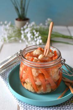 Légumes croquants aigres-doux au vinaigre { Comme des cornichons...! } Carrot & cauliflower pickles www.lesrecettesdejuliette.fr