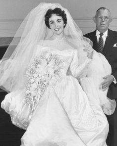 The first wedding of Elizabeth Taylor, 1950 Celebrity Wedding Photos, Celebrity Wedding Dresses, Wedding Dress Trends, Celebrity Weddings, Famous Wedding Dresses, Stunning Wedding Dresses, Viejo Hollywood, Hollywood Wedding, Mode Vintage