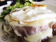 Croque Madame: delicado como el bechamel, dulce como el jamón glaseado y exquisito con nuestro queso suizo, sólo en REINA.