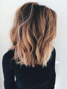 combinaison carré ondulé et balayage cheveux, ondulations legeres et look d ete, coiffure de plage