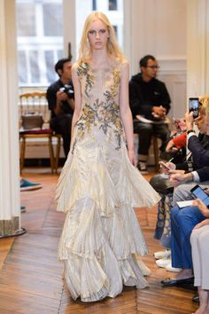 Alberta Ferretti evita ousadia na estreia na alta-costura - Vogue Runway Fashion, Fashion Models, Fashion Show, Fashion Styles, Gucci, Fendi, Formal Wear Women, Alberta Ferretti, Couture Collection