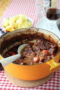 boeuf bourguignon - 40 g de beurre doux - Un filet d'huile (tournesol, colza ou arachide) - 2 petits oignons (soit +/- 100 g) - 200 g de lardons non fumés (que vous pouvez remplacer par du lard) - 600 g de boeuf à braiser - 30 g de farine - 30 cl de bouillon de boeuf (jai utilisé un sachet de bouillon Ariaké infusé dans 30 cl d'eau bouillante) - 30 cl de vin rouge (un Bourgogne est tout recommandé) - 2 carottes (soit +/- 250 g) - 1/3 de branche de céleri - 1/2 c. à café de laurier déshydraté Meat Recipes, Fall Recipes, Crockpot Recipes, Cooking Recipes, Healthy Recipes, G 1, Recipe Mix, Batch Cooking, Main Meals
