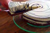Esta increíble receta se creó en Japón. Esta receta es tan fácil de hacer que seguramente no se puede hacer una más fácil.  Para preparar esta tarta se necesitan solo 2 ingredientes: huevos y chocolate.  Es fácil de hacer y esta bastante rica y para los amantes del chocolate es lo que necesitan.
