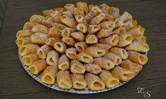 Sausainiams reikės: grietinės – 300 gramų kiaušinio – 1 vnt, sviesto – 150 gramų, miltų – 300 gramų, cukraus – 8 arb. šaukštelių, konservuotų persikų. ...skaityti toliau Recipe For 4, Apple Pie, Desserts, Recipes, Food, Tailgate Desserts, Deserts, Recipies, Essen