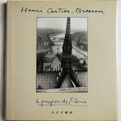 『カルティエ=ブレッソンのパリ』  パリを歩き、パリを写しとった、半世紀に亘る131枚の写真。    単にこの美しい街の表面ではなく、国際的ジャーナリストとして世界を駆け回った  アンリ・カルティエ=ブレッソンがもっとも愛して止まない都市の、堅固さと変貌と、そして何よりもそこに生きた人間たちの記憶です