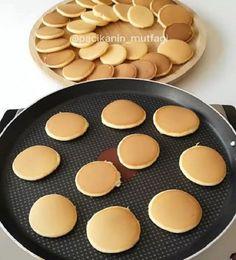 O kadar basit ki herkes kolaylıkla yapabilir 😃 Minik minik pancakeler çilek muz ve kivi üzerine de erimiş çikolata 😍
